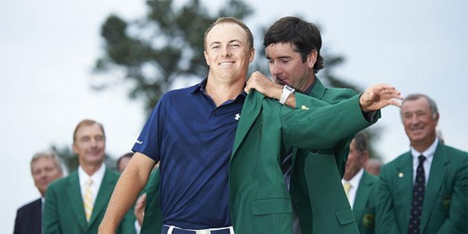 Jordan Spieth se fait remettre la mythique veste verte par Bubba Watson vainqueur du Master 2014