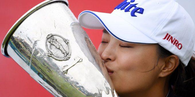 Jin Young Ko embrasse le précieux trophée du seul majeur dEurope continentale The Evian Championship