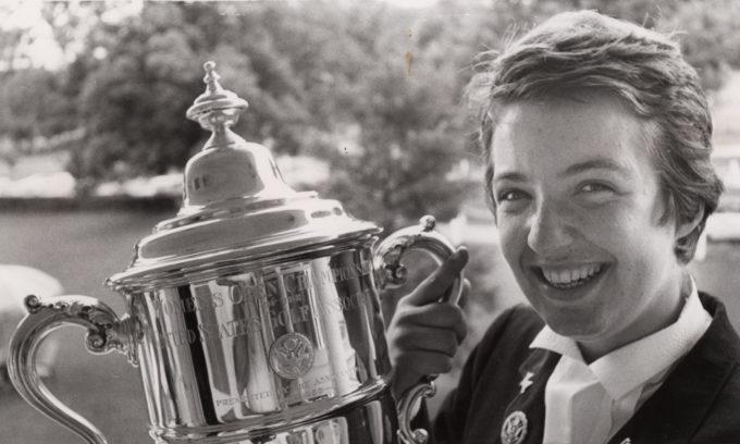 La photo montre Catherine Lacoste tenant le trophée après avoir remporté l'Open des États-Unis en 1967 qui a eu lieu à Virginia Hot Springs